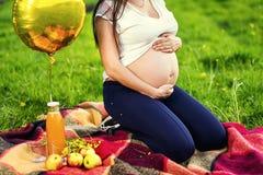 Foto del vientre de la mujer embarazada Manos que abrazan el vientre embarazada clo Foto de archivo