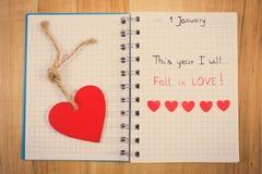 Foto del vintage, Años Nuevos de resoluciones escritas en cuaderno, corazones de madera y de papel rojos Fotos de archivo