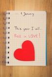 Foto del vintage, Años Nuevos de resoluciones escritas en cuaderno y corazón de madera rojo Imagenes de archivo