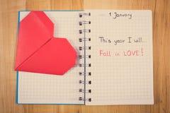 Foto del vintage, Años Nuevos de resoluciones escritas en cuaderno y corazón de papel rojo Imágenes de archivo libres de regalías