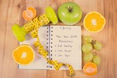 Foto del vintage, Años Nuevos de resoluciones escritas en cuaderno y pesas de gimnasia con centímetro Foto de archivo libre de regalías