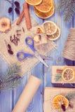 Foto del vintage, accesorios, decoración y regalos envueltos para la Navidad en tableros Fotos de archivo libres de regalías
