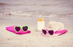 Foto del vintage, accesorios para las vacaciones en la arena en la playa, concepto de protección del sol Imagen de archivo
