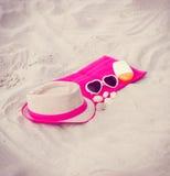 Foto del vintage, accesorios para las vacaciones en la arena en la playa, protección del sol, tiempo de verano Foto de archivo