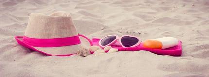 Foto del vintage, accesorios para las vacaciones en la arena en la playa, protección del sol, tiempo de verano Imágenes de archivo libres de regalías