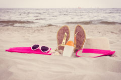 Foto del vintage, accesorios para las vacaciones en la arena en la playa, protección del sol, tiempo de verano Fotografía de archivo
