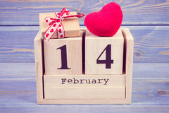 Foto del vintage, calendario del cubo con el regalo y corazón rojo, día de tarjetas del día de San Valentín Fotografía de archivo libre de regalías