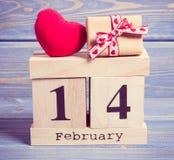 Foto del vintage, calendario del cubo con el regalo y corazón rojo, día de tarjetas del día de San Valentín Imagen de archivo libre de regalías
