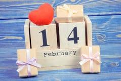 Foto del vintage, calendario del cubo con los regalos y corazón rojo, día de tarjetas del día de San Valentín Foto de archivo