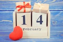 Foto del vintage, calendario del cubo con los regalos y corazón rojo, día de tarjetas del día de San Valentín Imagen de archivo