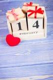 Foto del vintage, calendario del cubo con los regalos y corazón rojo, día de tarjetas del día de San Valentín Fotos de archivo