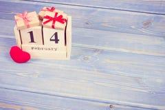 Foto del vintage, calendario del cubo con los regalos y corazón rojo, día de tarjetas del día de San Valentín Foto de archivo libre de regalías