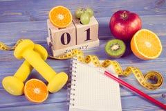 Foto del vintage, calendario del cubo, frutas, pesas de gimnasia y cinta métrica, Años Nuevos de resoluciones Imagenes de archivo