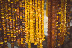 Foto del vintage, collares ambarinos femeninos brillantes en parada en el bazar Foto de archivo