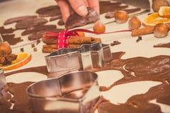 Foto del vintage, cortadores de la galleta con la pasta para las galletas de la Navidad o pan de jengibre, concepto festivo del t imágenes de archivo libres de regalías