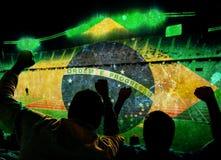 Foto del vintage de la bandera del Brasil y del balón de fútbol Imagenes de archivo