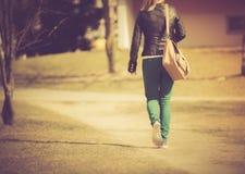 Foto del vintage de la chica joven que camina con el bolso Imagenes de archivo