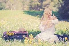 Foto del vintage de la muchacha del adolescente con el conejito en la naturaleza Imagen de archivo