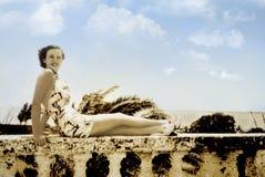 Foto del vintage de la mujer en la playa imagenes de archivo