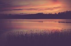 Foto del vintage de la puesta del sol hermosa sobre el lago tranquilo Fotografía de archivo libre de regalías