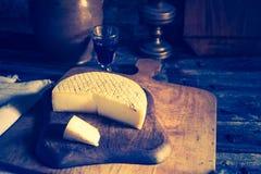 Foto del vintage de la vida inmóvil con queso de cabra francés Imagen de archivo libre de regalías