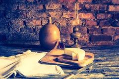 Foto del vintage de la vida inmóvil con queso de cabra francés Fotos de archivo libres de regalías