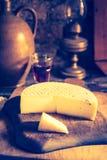 Foto del vintage de la vida inmóvil con queso de cabra francés Imagen de archivo