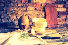 Foto del vintage de la vida inmóvil con queso de cabra francés Imagenes de archivo