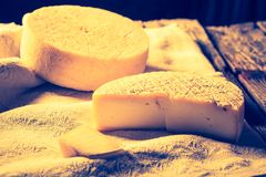 Foto del vintage de la vida inmóvil con queso de cabra francés Fotos de archivo