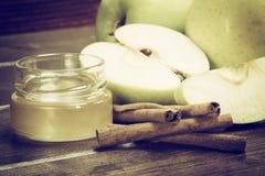 Foto del vintage del canela, de la miel y de las manzanas verdes Imagenes de archivo