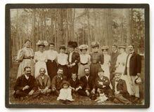 Foto del vintage del grupo de personas en el bosque Foto de archivo