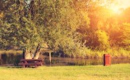 Foto del vintage del parque del otoño en la puesta del sol Fotografía de archivo libre de regalías