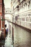 Foto del vintage del puente de suspiros en Venecia foto de archivo