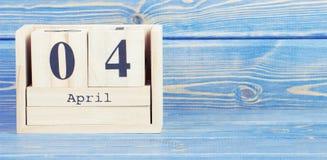 Foto del vintage, el 4 de abril Fecha del 4 de abril en calendario de madera del cubo Foto de archivo