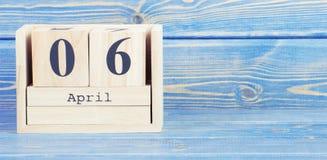 Foto del vintage, el 6 de abril Fecha del 6 de abril en calendario de madera del cubo Fotografía de archivo libre de regalías