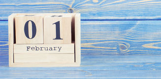 Foto del vintage, el 1 de febrero fecha del 1 de febrero en calendario de madera del cubo Foto de archivo libre de regalías