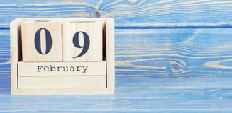 Foto del vintage, el 9 de febrero Fecha del 9 de febrero en calendario de madera del cubo Fotos de archivo libres de regalías