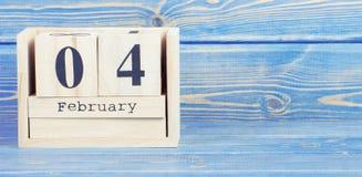 Foto del vintage, el 4 de febrero Fecha del 4 de febrero en calendario de madera del cubo Imágenes de archivo libres de regalías