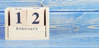 Foto del vintage, el 12 de febrero Fecha del 12 de febrero en calendario de madera del cubo Imagen de archivo libre de regalías