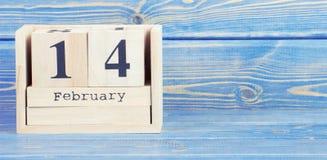 Foto del vintage, el 14 de febrero Fecha del 14 de febrero en calendario de madera del cubo Imagen de archivo