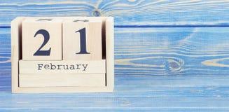 Foto del vintage, el 21 de febrero Fecha del 21 de febrero en calendario de madera del cubo Imagen de archivo