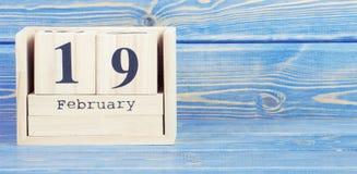 Foto del vintage, el 19 de febrero Fecha del 19 de febrero en calendario de madera del cubo Fotos de archivo