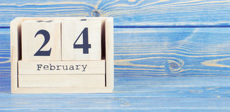 Foto del vintage, el 24 de febrero Fecha del 24 de febrero en calendario de madera del cubo Fotos de archivo