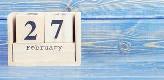 Foto del vintage, el 27 de febrero Fecha del 27 de febrero en calendario de madera del cubo Fotos de archivo
