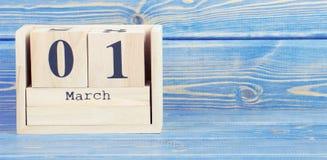 Foto del vintage, el 1 de marzo fecha del 1 de marzo en calendario de madera del cubo Imágenes de archivo libres de regalías