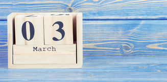 Foto del vintage, el 3 de marzo Fecha del 3 de marzo en calendario de madera del cubo Fotografía de archivo