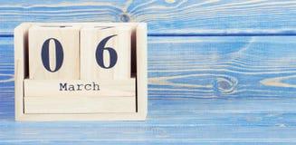 Foto del vintage, el 6 de marzo Fecha del 6 de marzo en calendario de madera del cubo Foto de archivo