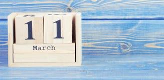 Foto del vintage, el 11 de marzo Fecha del 11 de marzo en calendario de madera del cubo Fotografía de archivo