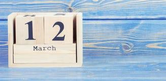Foto del vintage, el 12 de marzo Fecha del 12 de marzo en calendario de madera del cubo Fotos de archivo libres de regalías