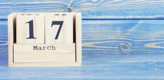 Foto del vintage, el 17 de marzo Fecha del 17 de marzo en calendario de madera del cubo Imagenes de archivo